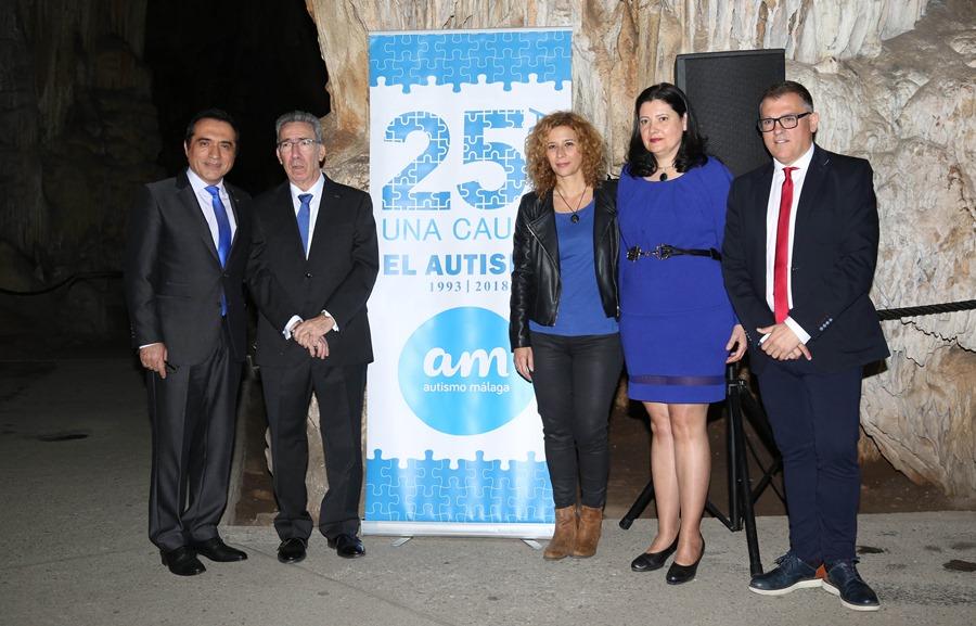 Cultura Cultura El pintor Antonio Montiel, maestro de ceremonias en el Día Mundial del Autismo en la Cueva de Nerja