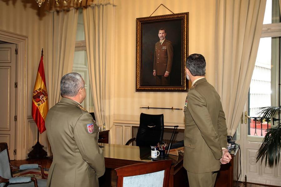 Cultura Cultura Felipe VI alaba el retrato oficial del Ejército de Tierra, obra del pintor Antonio Montiel