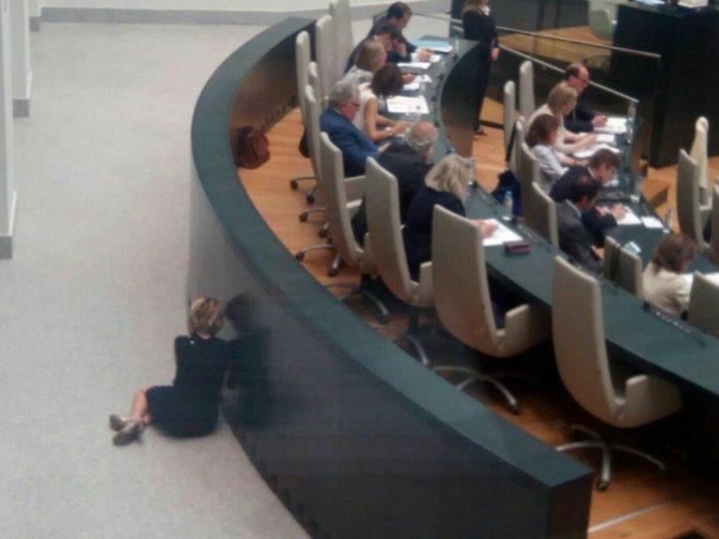 Actualidad Actualidad Esperanza Aguirre, pillada 'por los suelos' durante el Pleno del Ayuntamiento de Madrid