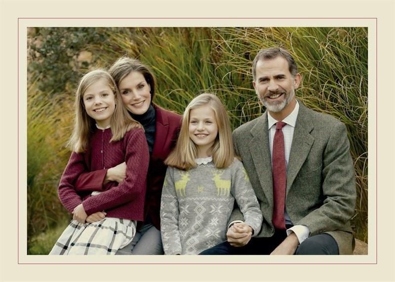 Actualidad Actualidad Los Reyes posan con sus hijas en los jardines de Zarzuela para felicitar las Navidades
