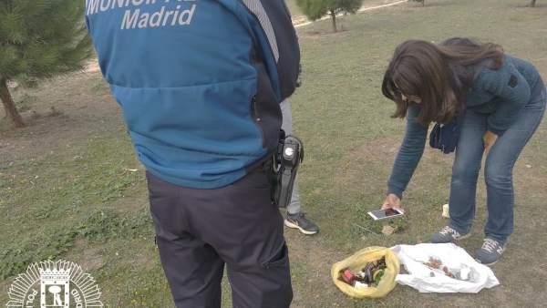 Actualidad Actualidad Encuentran salchichas con alfileres y cristales repartidas por un parque de Barajas